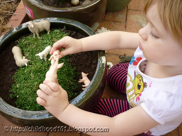 Sensory play: Cleaning Animals Bin