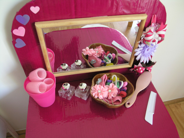 Pretend play hair salon from a cardboard box childhood101 for Dressing table beauty parlour