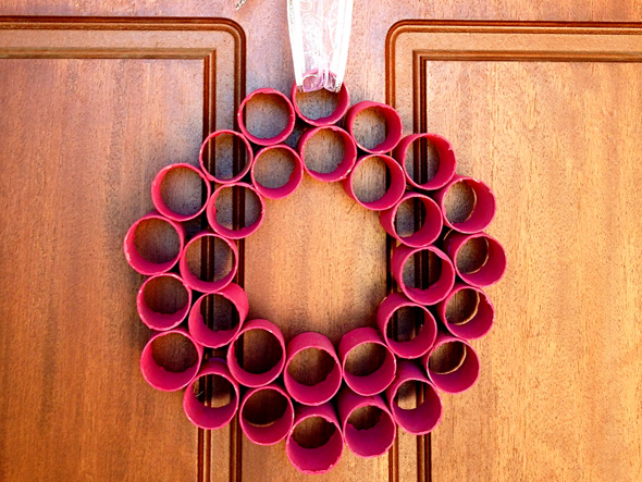 Homemade christmas decorations paper roll wreath for Paper christmas decorations to make at home